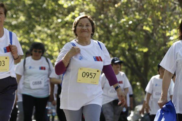 """Carreras de Kinesiología y Nutrición UC preparan virtualmente a adultos mayores para """"Camina60+: la meta es tu salud"""" del 2 de Octubre"""